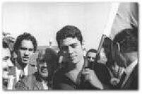 Com um sorriso tímido no rosto e segurando a bandeira do clube do seu coração, o Fluminense, assim<a href='http://acervo.estadao.com.br/noticias/acervo,fotos-historicas-o-retorno-de-chico-buarque,10909,0.htm' target='_blank'>Chico Buarque de Holanda voltava ao Brasil</a>em 20 de março de 1970 após um autoexílio de pouco mais de um ano na Itália.