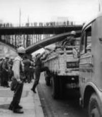 Contingentes da Força Pública sobem nos caminhões que os transportam ao Parque do Ibirapuera, onde devem guardar as urnas durante a apuração dos votos das eleições de 1960.