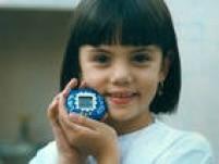 """O<a href='http://acervo.estadao.com.br/procura/#!/Tamagochi/Acervo/' target='_blank'>Tamagochi</a>foi uma febre. O objetivo era criar e cuidar de um """"bichinho virtual"""", alimentar, dar carinho, brincar, e não o deixar ficar doente. Foto 1997"""