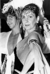 A atriz, cantora e diretora,<a href='http://acervo.estadao.com.br/pagina/#!/19900804-35420-nac-0049-cd2-1-not/busca/Mar%C3%ADlia+P%C3%AAra' target='_blank'>Marília Pêra</a>,com ofilho, o ator Ricardo Graça Mello,1989