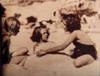 Crianças brincamna praia no Rio de Janeiro, na foto do suplemento de Rotogravura da década de 30