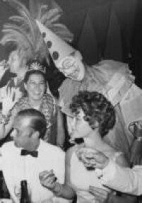 A atriz austríaca<a href='http://acervo.estadao.com.br/noticias/acervo,carnaval-para-gringo-nenhum-botar-defeito,10766,0.htm' target='_blank'>Romy Schneider</a>ao lado de Jorge Guinle, no Copacabana Palace, no Rio, durante festa baile de carnaval, 3/5/1965