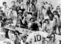 A imprensa sempre assediou Pelé. Em sua estréia no New York Cosmos, no jogo exibição contra o Dallas Tornado, havia 152 fotógrafos na cobertura do evento, mais do que na posse do presidente norte-americano Gerald Ford. Pelé fez o gol de empate, de cabeça, e a partida terminou em 2 a 2.Estados Unidos, Nova York, Nova York, 17/6/1975.