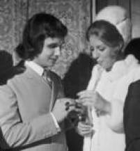 <a href='http://acervo.estadao.com.br/noticias/acervo,fotos-historicas-roberto-carlos-casa-se-na-bolivia,11363,0.htm' target='_blank'>Casamento de Roberto Carlos</a>na Bolívia foi transmitido em rede nacional de rádio