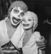 Foliões fantasiados de palhaços se divertem no carnaval da cidade de São Paulo, 02/03/1960