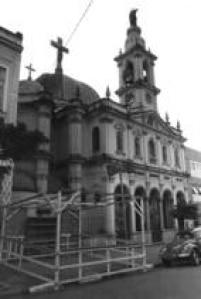 """Fachada da Igreja Nossa Senhora Achiropita, localizada no bairro do<a href='http://acervo.estadao.com.br/noticias/lugares,bixiga,7414,0.htm' target='_blank'>Bixiga</a>,28/7/1985. A famosa festa de Nossa Senhora Achiropita, onde são consumidos toneladas de macarrão preparados pelas """"mammas"""", é uma tradição paulistana que acontece todo mês de agosto"""