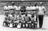 Time do Brasil no jogo contra a Inglaterra, 07/6/1970. Da esquerda para a direita, de pé: Carlos Alberto; Brito, Piazza, Félix, Clodoaldo e Everaldo. Agachados: Jairzinho, Rivelino, Tostão Pelé e Paulo Cézar. A partida terminou em 1 a 0 para o Brasil.