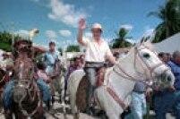O candidato àPresidência da República pelo PSDB,<a href='http://https://acervo.estadao.com.br/noticias/personalidades,fernando-henrique-cardoso,534,0.htm' target='_blank'>Fernando Henrique Cardoso</a>, anda à cavalo durante campanha eleitoral no município de Delmiro Gouveia em Alagoas, 27/05/1994.