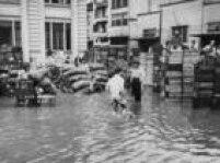 Comerciantes tentam salvar mercadorias durante enchente na região do Mercado Municipal de São Paulo, no centro da capital paulista, SP. 10/12/1959.