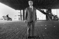 Pietro Maria Bardiposa para foto no vão do Masp, na Avenida Paulista, em 01/10/1987