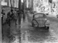 Fusquinhaespirra água em pedestres na<a href='http://acervo.estadao.com.br/noticias/acervo,chua,9903,0.htm' target='_blank'>rua Augusta</a>, 7/8/1970