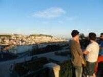 Turistas no mirante de São Pedro de Alcântara, em Lisboa: vista grátis