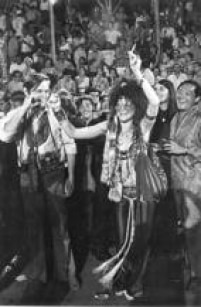 Acantora<a href='http://acervo.estadao.com.br/pagina/#!/19700214-29096-nac-0009-999-9-not/busca/Janis+Joplin' target='_blank'>Janis Joplin</a>diverte-se no<a href='http://acervo.estadao.com.br/noticias/acervo,carnaval-para-gringo-nenhum-botar-defeito,10766,0.htm' target='_blank'>carnaval</a>do Rio de Janeiro.Janis esteve no Brasil em fevereiro de 1970,