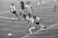 O jogador Falcã, do Brasil, dribla o jogador argentinoBarbas em jogo da Copa do Mundo naEspanha, 02/7/1982. A partida terminou com vitória brasileira de 3 a 1 sobre a Argentina, com gols de Zico, Serginho Chulapa e Júnior.