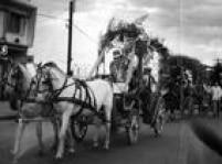 Homem conduz carroça enfeitada para Festa de São João no Paraná, 01/7/1961.