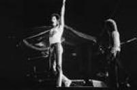 O cantor Freddie Mercury e o guitarrista Brian May, da banda de rock inglesaQueen, durante apresentaçãorealizado no estádio do Morumbi em20/03/1981. Quase de 100 mil pessoas assistiram ao<a href='http://acervo.estadao.com.br/pagina/#!/19810321-32522-nac-0020-999-20-not' target='_blank'>show</a>