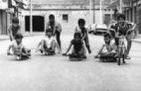 Garotos sedivertem disputando corrida de carrinhos de rolimã, 1972.