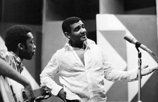 """Em maio de 1969 os cantores Wilson Simonal e Milton Nascimento durante ensaio para o programa """"Show em Si... monal"""" em São Paulo."""