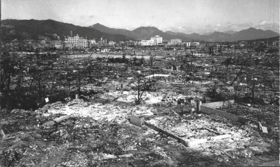 Devastação causada pela explosão da bomba atômica em Hiroshima.