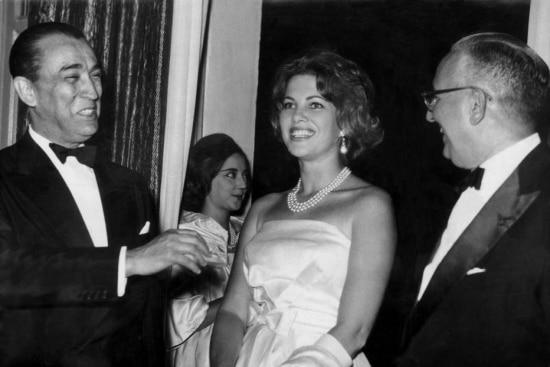 O governador da Bahia, Juracy Magalhãe, apresenta Martha Rocha, ao presidente, Juscelino Kubitschek, em 1960.