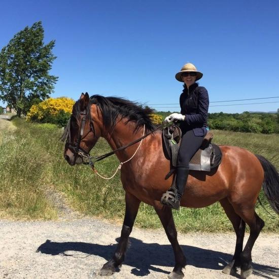 Denise Sahione ficou com a perna inchada, mesmo tendo experiência em cavalgada. Reparou na roupa dela? Mesmo com o sol que fazia naquele dia, a calça e a bota não foram dispensados.