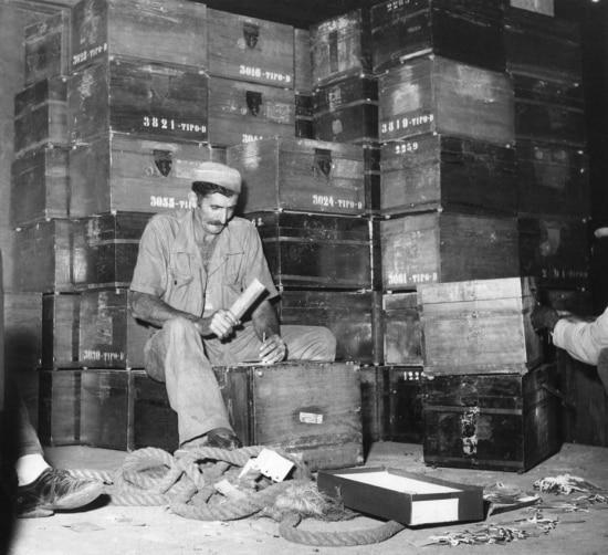 Funcionário da seção de marcenaria do TRE (Tribunal Regional Eleitoral) faz a manutençãoo das urnas de madeira, São Paulo, SP. 28/8/1958. .