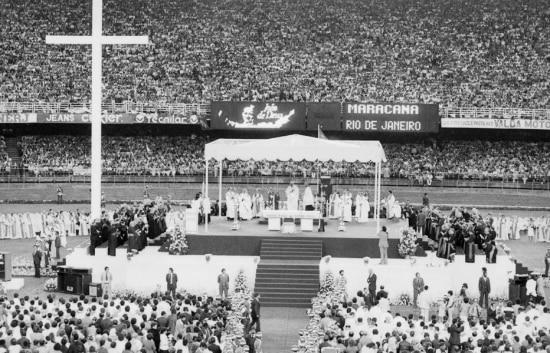O papa João Paulo II celebra missa no estádio do Maracanã em 1980.