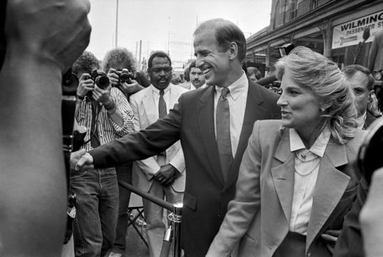 Biden e sua esposa, Jill, no evento onde eledeclarousua intenção de disputar a indicação democrata para presidência, 1987.