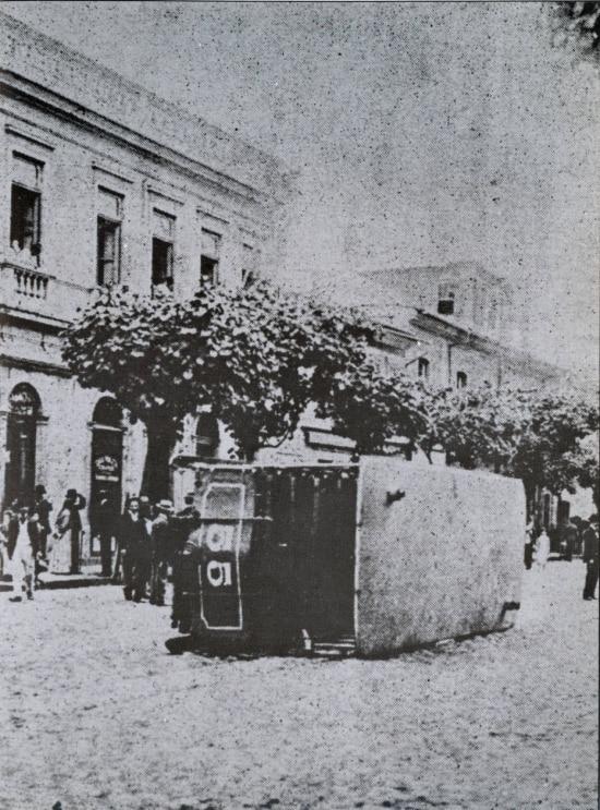 Bonde é depredado durante Revolta da Vacina, 1904.