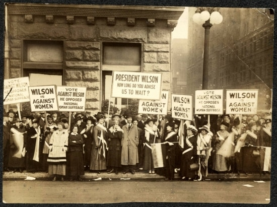 Protesto desufragistas pelo voto feminino nos Estados Unidos,Illinois, Chicago, 1916.