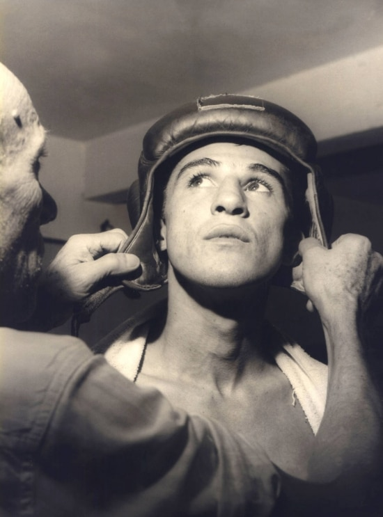 """O pugilista Eder Jofre coloca a proteção com a ajuda do pai, o ex-boxeador Aristides """"Kid"""" Jofre, durante treino,17/02/1960."""