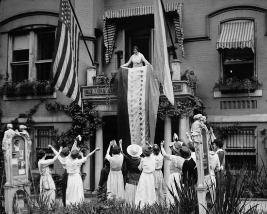 Membros do Woman's Party celebram, na sede da organização, a ratificação da 19ª Emenda em 1920.