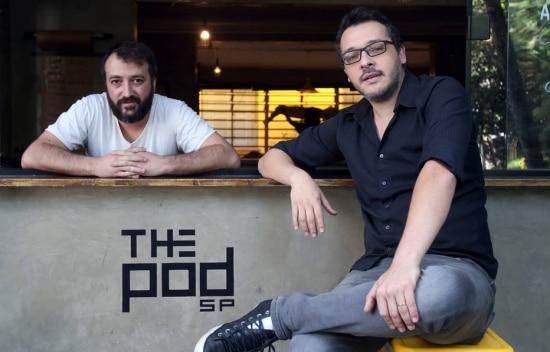 Felipe Tosi (esquerda) e João Gonçalves, sócios do hostel The Pod SP. Foto: JF Diorio/Estadão