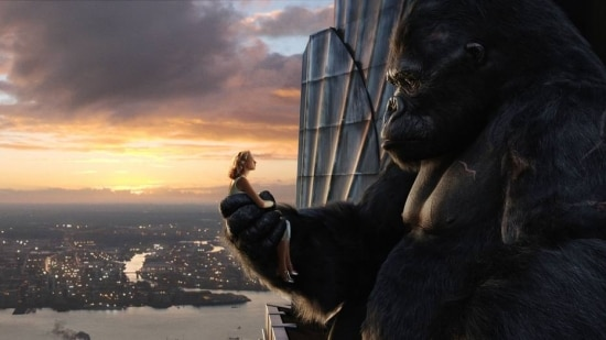 Cena do filme King Kong na versão de 2005: a personagem de Naomi Watts assiste ao nascer do sol junto com o gorila, exatamente no alto do Empire State Building