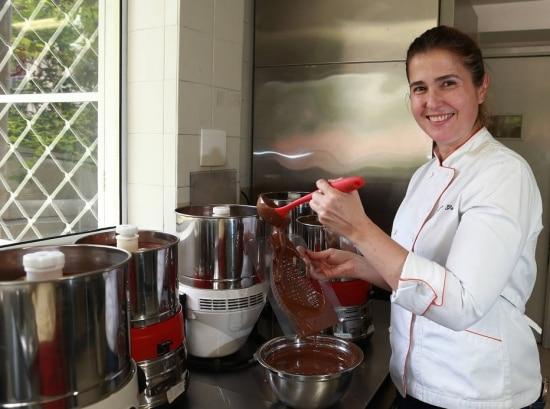 A chocolateira Gislaine Gallette, da marca Gallette, que começou usando chocolate belga para seus bombons e depois passou a produzir o próprio produto com cacau nacional.