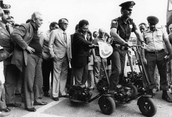 O prefeito Jânio Quadros assiste aoteste de patinetes motorizadasno policiamento do Parque Ibirapuera, 01/7/1988.