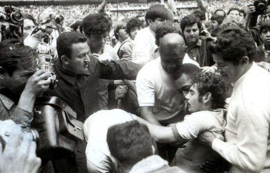Rivelino desmaia na final da Copa do Mundo, em 1970, e é acudido por Pelé.