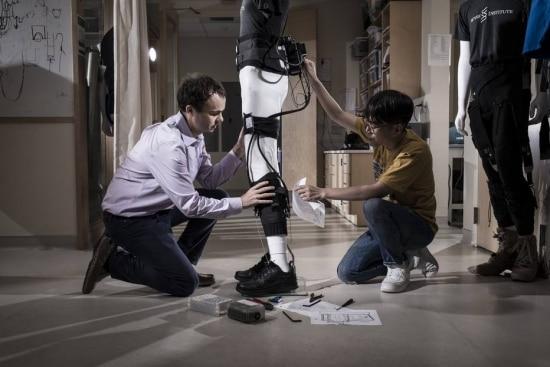 Conor Walsh e sua equipe trabalham em exoesqueleto em Harvard