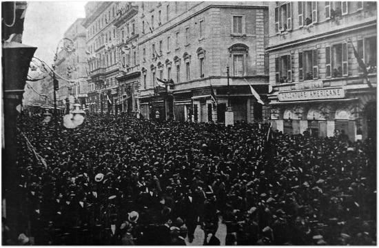 Cidadãos de Roma festejam o final da Primeira Guerra Mundial nas ruas da capital italiana, 1918.