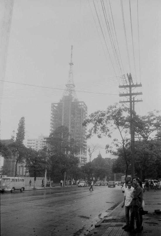 Avenida Paulista antes das obras de alargamento das pistas. A foto, de 1969, mostra as fiações ainda penduradas nos postes. Em destaque, o edifício Grande Avenida atingido por incêndio em 13 de janeiro daquele ano.