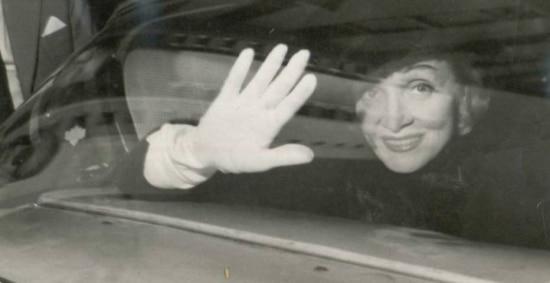 Marlene Dietrich acena para fãs e jornalistas, Brasil, 1959.