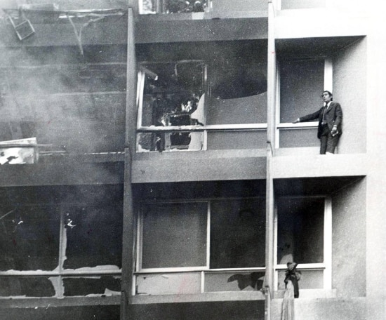 Homem aguarda bombeiros do lado de fora de uma das janelas do edifício Joelma, 01/02/1974.