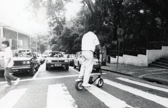 Homem testa Walk Machine na Avenida Paulista em 1988.