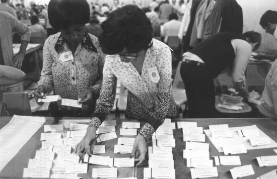 Mulheres trabalham na apuração dos votos das eleições de 1978, em São Paulo.