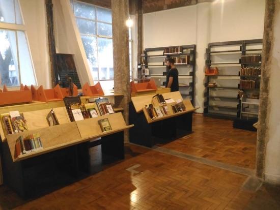 Montagem da biblioteca da Casa do Povo - CEE/Acervo Estadão