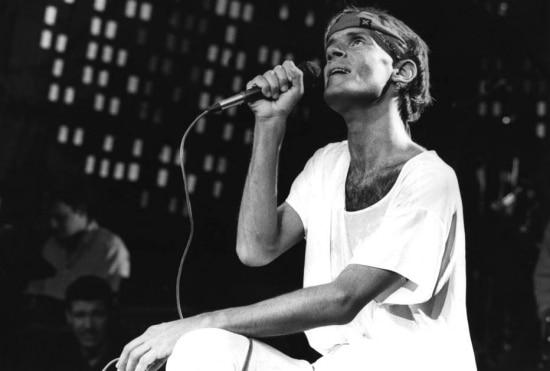 O cantor e compositor Cazuza grava especial paraRedeGlobo,24/10/1988.