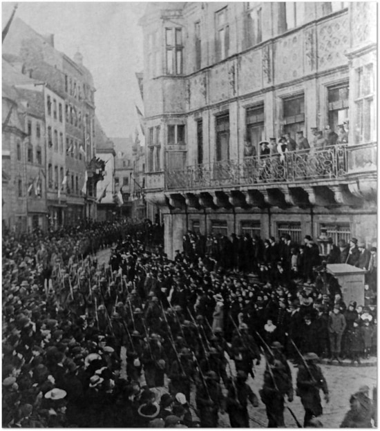 Soldados franceses e população comemoram o final do conflito nas ruas de Paris, 1918.