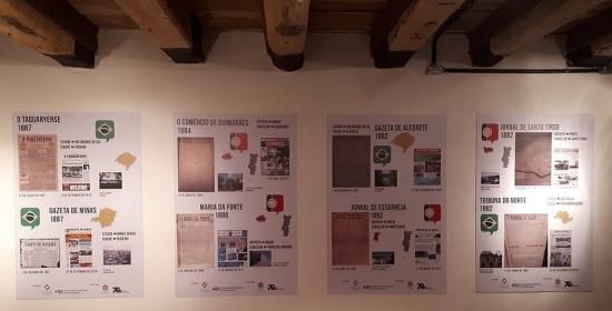 Painel com jornais centenários em exposição no Recife