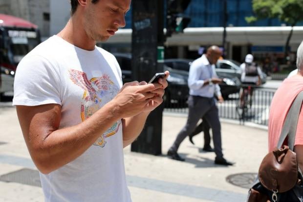 Mais pobres ficam só no celular