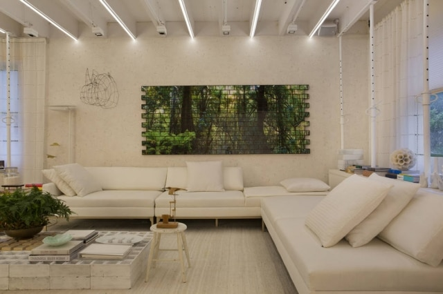 Na Unidade Shoji 04, do Yamagata Arquitetura, a mesa de centro é feita de blocos de concreto. O sofá é do Nada Se Leva para a Lider Interiores